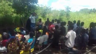 Missionária dos Gideões realiza culto ao ar livre na África