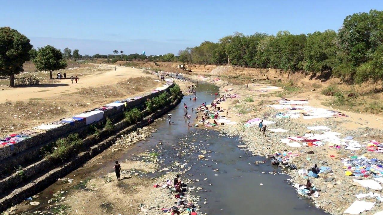 Haitianos lavando roupa no seu dia a dia