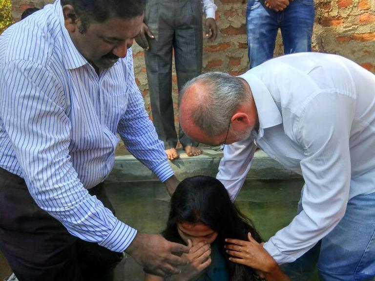 Batismo em águas no vilarejo de Madanapalli
