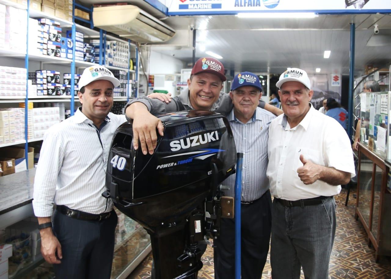 Gideões entrega novo barco e motor a missionário no Amazonas