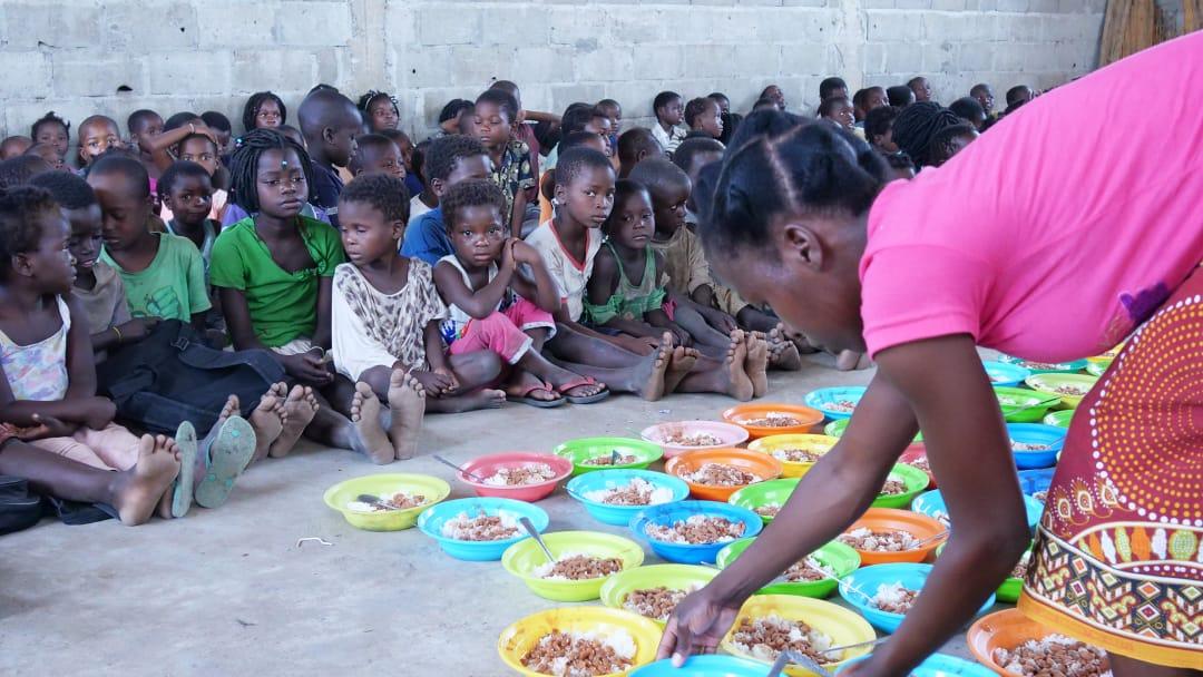 Projeto Arroz com Feijão para crianças na África