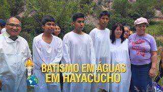 Batismo em águas em Hayacucho no Peru