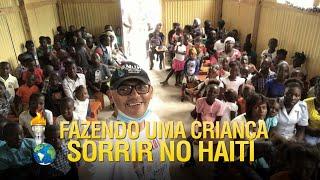 Gideões fazendo uma criança sorrir no Haiti